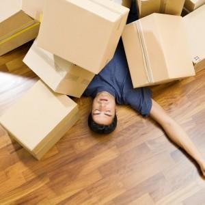 Мъж изтощен от пренасяне, спи под кутии
